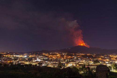 Seit Februar spuckt der Ätna Rauch, Asche und Lava. AP