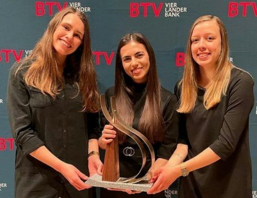 Selina Bischof, Melike Yigit und Selina Greber (v. l.) aus der V. HAK der Bezauer Wirtschaftsschulen holten die BTV-Trophy wieder in den Bregenzerwald. stp/2