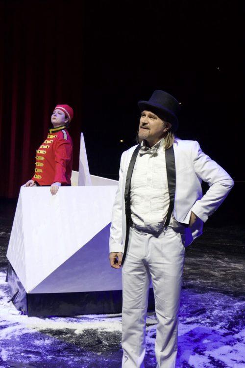 Simone Loser als Botin und Joachim Rathke als Reeder.