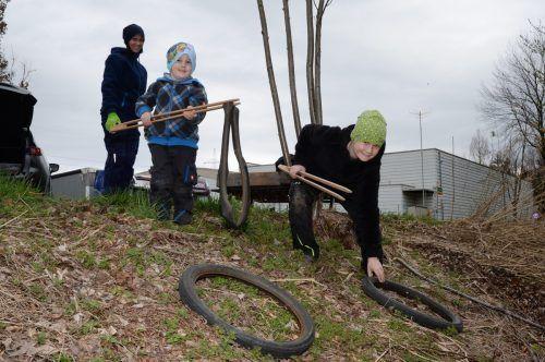 Sogar Fahrradreifen wurden bei der Landschaftsreinigung entdeckt. Daneben galt es, zahlreichen anderen Müll einzusammeln.Gemeinde