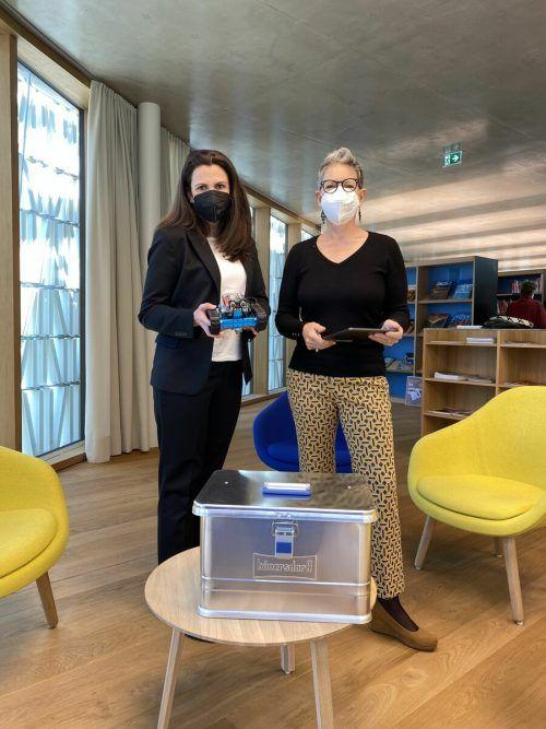 SR Karin Feurstein-Pichler und Margret Paulmichl (Bibliothek) mit der MINT-Box.