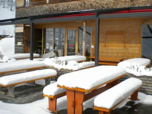 Stillleben statt Feierstimmung zum Abschluss der Skisaison – mangels Gästen bestand kein Grund, den Schnee wegzuräumen. STP/3