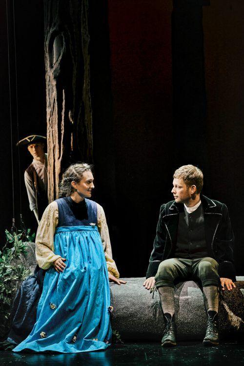 """Szene aus der Produktion """"Schlafes Bruder"""" des Vorarlberger Landestheaters mit Nico Raschner, Maria Lisa Huber und Luzian Hirzel. lt/köhler"""