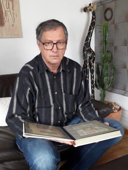 Udo Roßbacher , Obmann des Briefmarkensammlervereins Bludenz, erzählt, wie es dem Verein in der Coronazeit geht und was ihm am meisten fehlt. SES
