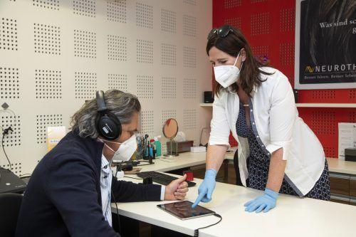 Über das Tablet kann Josef Kohler verschiedene Klangbilder abrufen. Hörtrainerin Simone Koller achtet auf die richtige Anwendung.vn/paulitsch