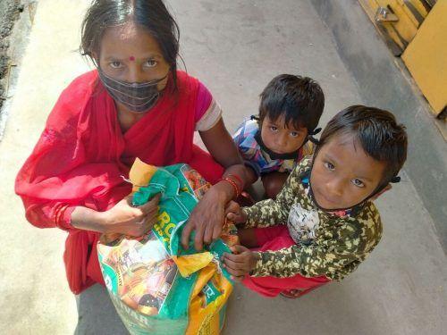 Um die ärgste Not zu lindern, ließ Fritsche Lebensmittelpakete an Familien verteilen.