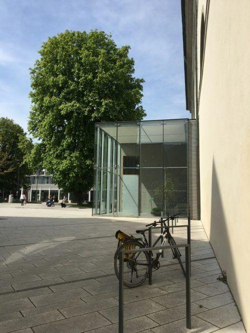 Um die Fahrradstellplätze an der Mauer der Kirche St. Martin am Marktplatz zu überdachen, braucht es das Okay von Kirche und Denkmalamt.VN-pes