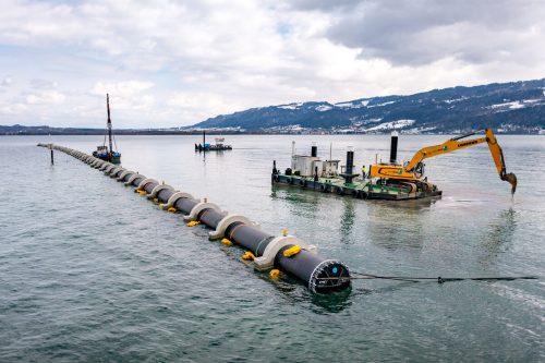 Unter anderem wird eine 900 Meter lange Rohrleitung in den Bodensee verlegt. Die Gesamtfertigstellung des Hochwasserschutzprojekts soll bis im Herbst erfolgen.Stiplovsek
