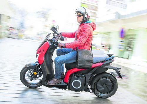 VN-Mitarbeiter Stefan Pabeschitz nimmt den Mó genauer unter die Lupe: Seats fesch gestylter vollelektrischer Scooter fährt leise und emissionsfrei.Seat/Houdek
