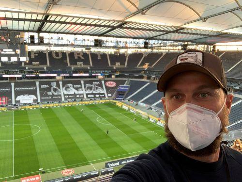 VN-Redakteur Markus Krautberger beim Lokalaugenschein im fast menschenleeren Deutsche Bank Park vor der Partie Eintracht Frankfurt gegen FC Augsburg.privat