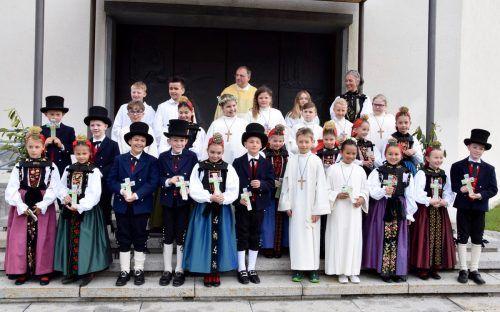Voller Stolz posierten die Vandanser Erstkommunikanten für den gemeinsamen Fototermin vor der Kirche.SCO