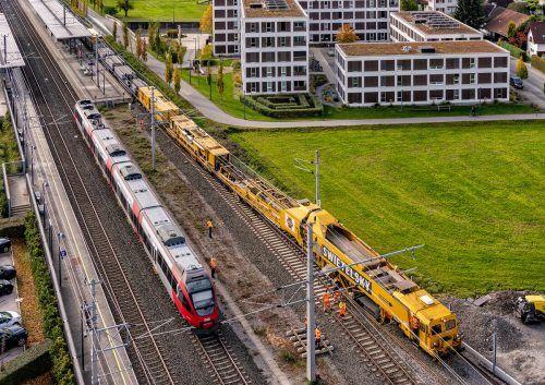 Im April wurde auf dem Abschnitt Lauterach–Hard mit dem Schnellumbauzug das neue, zweite Gleis verlegt. ÖBB