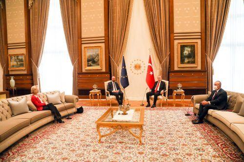 Während für Michel ein Stuhl neben Erdogan reserviert war, musste von der Leyen auf dem Sofa Platz nehmen.APA/European comission