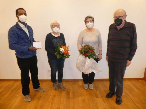 Weldeyohannes Tesfay (v.l.) bei der Spendenübergabe mit Gertrud Sucher, Christine Oss und Pfarrer Josef Drexel EMU