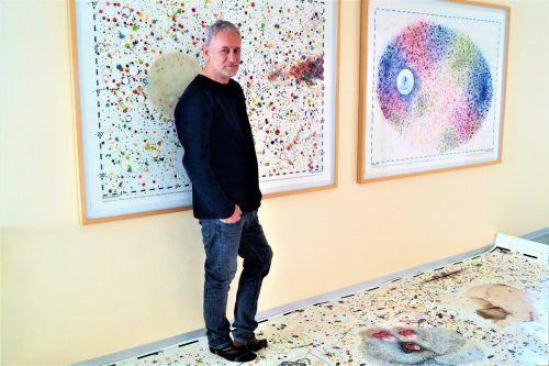 Zeichner Bardh-I Rafet Jonuzi-T. erläutert in seinem Atelier in Bregenz seine künsterlischen Prozess.yas/3