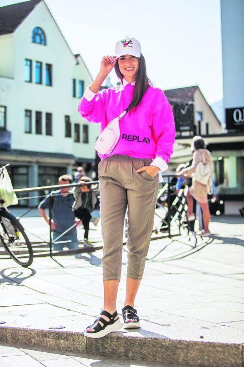 Zu den angesagtesten Trends zählen Joggpants und knallige Farben wie Pink. Nina (22) aus Höchst setzt in der Krise auf Gute-Laune-Outfits (Façona Dornbirn). VN/Steurer