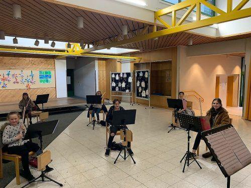 Zwar auf Abstand, aber immerhin: Die jungen Hatler Musiker musizieren wieder zusammen.cth