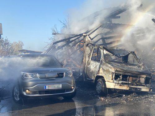 Zwei Pkw wurden ein Raub der Flammen.