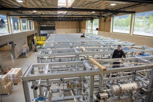 24 Module für eines der größten Holzgaskraftwerke der Welt in Frauenfeld entstehen derzeit in der innovativen und nachhaltigen Montagehalle der Firma Wagner GmbH in Nüziders.Meznar