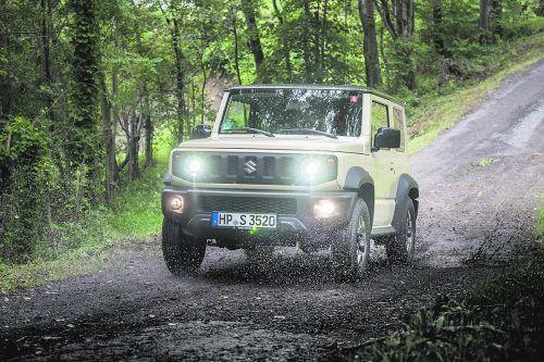 Ab sofort ist der Suzuki Jimny nur noch in einer Nutzfahrzeugvariante erhältlich, die Pkw-Version des kleinen Geländewagens nehmen die Japaner aus dem Programm. Als Nutzfahrzeug unterliegt der Jimny nicht der Abgasnorm Euro 6d. Der Jimny verfügt nur noch über die zwei Vordersitze. Ein metallenes Trenngitter trennt den Bereich zum 863 Liter großen Kofferraum ab. Serienmäßig an Bord: Allrad und Untersetzung.