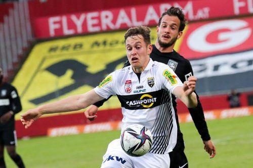 Altachs Neo-Teamspieler Aljaz Casar (vorne) im Duell gegen Admiras Christian Gartner.gepa