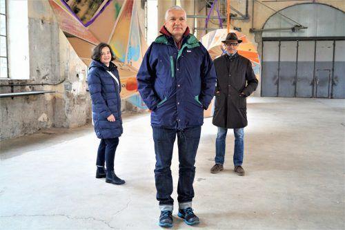 Andrea Fink (v.l.), Künstler Peter Sandbichler und Kunstraumleiter Thomas Häusle.yas