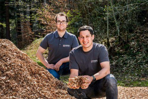 Andreas Gaßner und Marc Gabriel sorgen für einen reibungslosen Betrieb des Biowärmeheizwerks. E-Werke