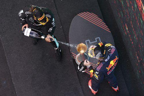 Auch bei der Siegerehrung machte Lewis Hamilton seinen Rivalen Max Verstappen nass.ap