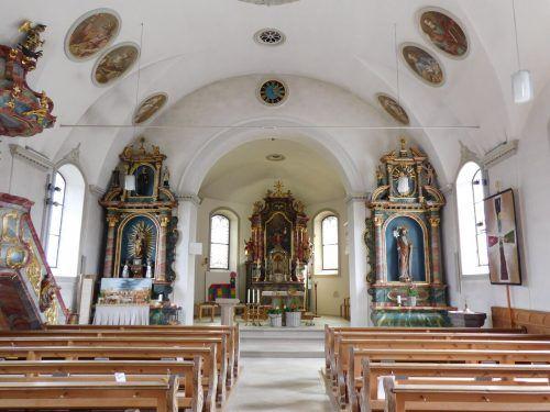 Auch die kirchlichen Einrichtungen und das Innere des Gotteshauses sind in mehreren Etappen entstanden.