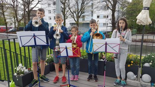 Auf ihrer Terrasse hatten fünf Kinder von Michaela und Michael Schmid – David, Samuel, Carina, Elias und Elena – für das Klangwolke-Ständchen Aufstellung genommen.bms/2