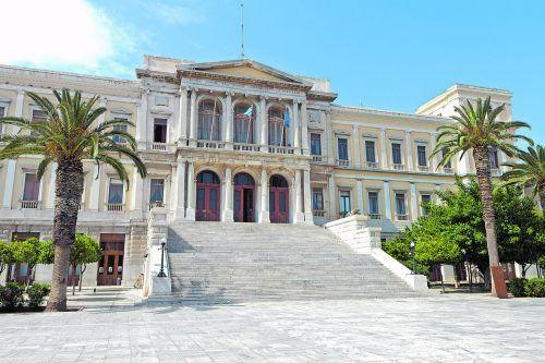 Auf Syros findet man prachtvolle Gebäude aus dem 19. Jahrhundert.Shutterstock