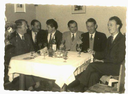 Ausschuss des SV Lochau Anfang der 1960er-Jahre in fröhlicher Runde: Obmann Dir. Johann Alge, Josef Maier, Albert Moser, Alois Böhler, Hans Rigg sen. und Fritz Gössl.