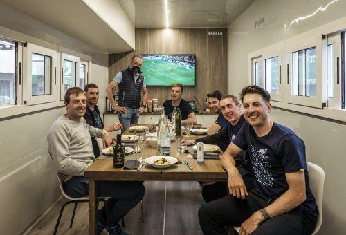 Beim Essen: Alex Dowsett, Patrick Bevin, Matthias Brändle, Guy Niv, Dan Martin und David Cimolai (v. l.) mit Valentino Sciotti, Besitzer von Vini Fantini.