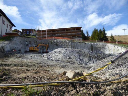 Bevor der Grundstein gelegt werden kann, müssen Fels und Erdreich abgetragen werden.