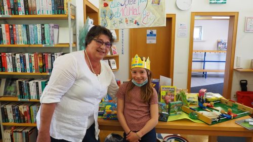 Bibliothekmitarbeiterin Ingrid Ender mit Enkelin Sophia, die ihrer Oma half.Egle