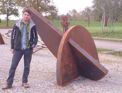 Bildhauer Oliver Bischof mit einer seiner Skulpturen.KunstVorarlberg