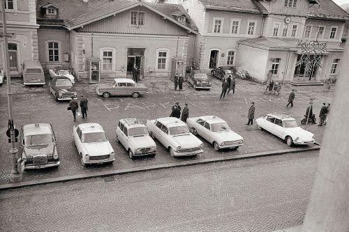 Bregenz, Taxistand beim Bahnhof, 1964