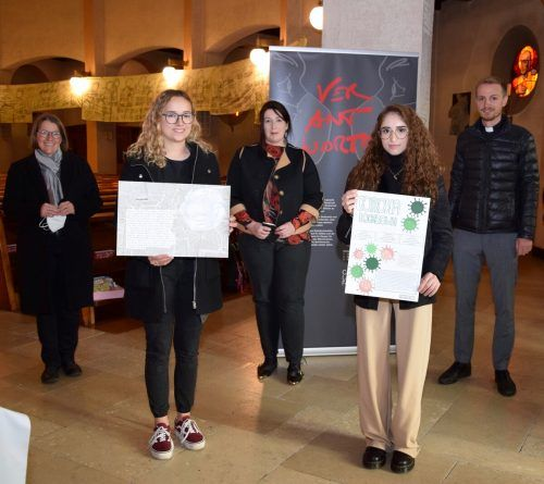 Brigitte Scherrer (Pastoralassistentin in Ausbildung), Preisträgerin Jasmine Feurle, Elisabeth Heidinger, Preisträgerin Sinem Aksoy und Kaplan Mathias Bitsche (v.l.).