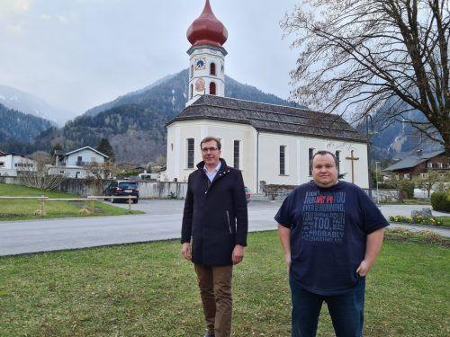 Bürgermeister Florian Küng und Stefan Steininger, Vorsitzender des e5-Teams, sprechen über die klimafreundliche Zukunft von Vandans. Vn/JUN