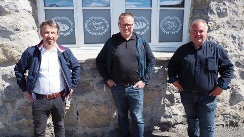 Bürgermeister Jürgen Bachmann, Betreiber Harald Nesensohn und Initiator GV Johannes Welte vor dem Lädele. EGLE
