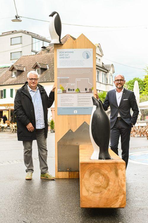 Bürgermeister Ritsch (l.) mit Stadtrat Hehle vor der Installation.u. Mittelberger