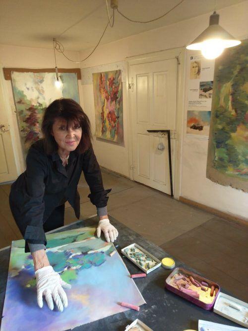 Carmen Margot Lins hat sich voll und ganz der Pastellkreiden-Technik verschrieben und malt ...Privat