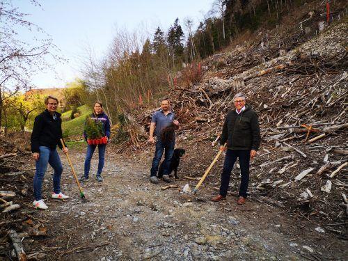 Christina Connert, Karoline Schirmer, Elmar Nöckl und Bürgermeister Wolfgang Matt legten Hand an und pflanzten Buchen, Ahornbäume und Douglasien im Stellawald.Stadt