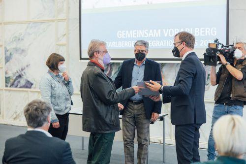 Claudia Marte, Kurt Grabher und Bürgermeister Wolfgang Matt bei der Übergabe der Auszeichnung mit Landesrat Christian Gantner. SAMS