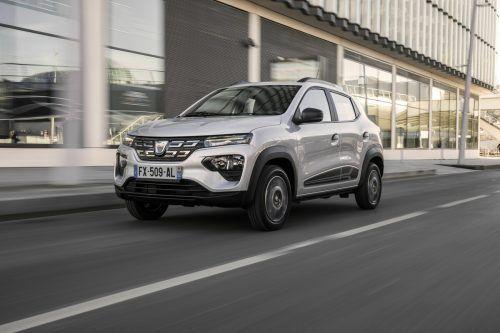 Dacia steigt mit dem Spring ins Kleinstwagensegment ein. Rein elektrisch, mit 44 PS. Der Einstiegstarif: ab 17.990 Euro – exklusive Förderungen.