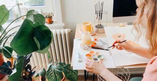 """Daniela Raffl malt alle Karten von Hand mit Gouachefarben. """"Das sind praktisch Wasserfarben aus der Tube"""", ergänzt sie."""