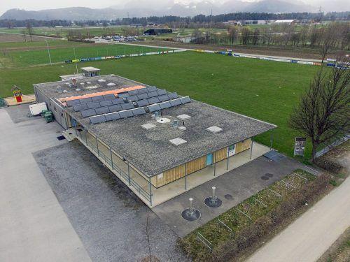Das Dach des Sporthauses Brederis (l.) muss saniert werden. Anbieten würde sich ein Satteldach mit vorgeschlagener Photovoltaikanlage (r.).Grünes Forum Rankweil (1)/Lingg/Bayer (1)