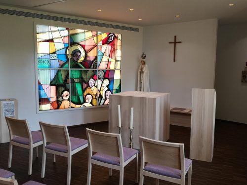 Das Glaskunstwerk aus dem Altbestand hat in der neuen Don-Bosco-Kapelle einen würdigen Platz gefunden.me/3
