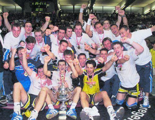 Das Meisterteam der Bregenzer Handballer am 4. Mai 2001 nach dem historischen ersten Meistertitel einer Vorarlberger Mannschaft. VN-Archiv