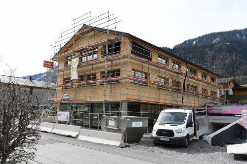 """Das """"Sinnhus"""" in Au beinhaltet unter anderem Verkaufsflächen und Wohnungen. Derzeit sind die Schindelarbeiten und der Innenausbau im Gange.mam"""